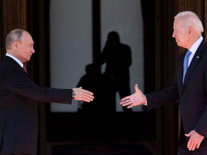 Vladímir Putin y Joe Biden se saludan antes del inicio de la reunión, este miércoles en Ginebra (Suiza).