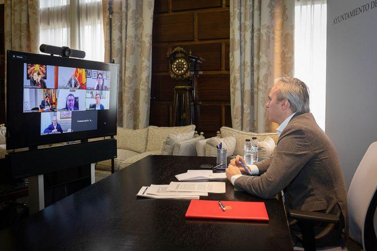 El alcalde de Zaragoza, Jorge Azcón, en videoconferencia con los alcaldes de las siete ciudades más pobladas de España.
