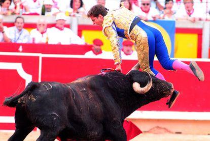 El Juli es volteado por el quinto toro de la tarde.