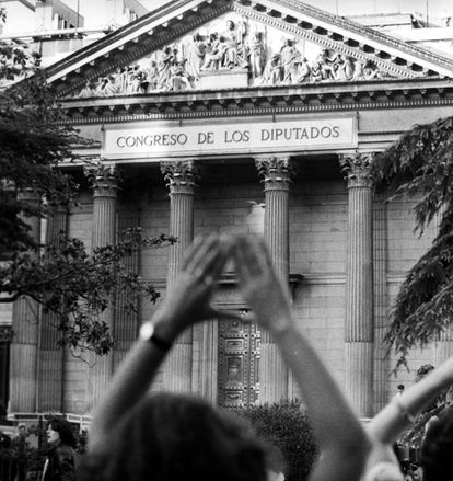 El Gobierno envía a las Cortes su proyecto de despenalización del aborto en 1983. La ley se demora hasta septiembre de 1985. 20.000 españolas viajaron en 1981 a Londres a abortar.