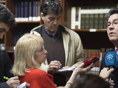 Pedro Izquierdo atiende a los medios tras el sorteo público del jueves.