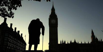 Estatua de Winston Churchill ante el Parlamento británico en Londres.