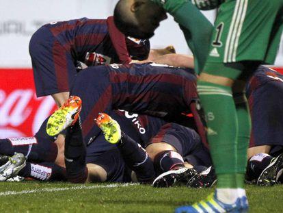 Los jugadores del Eibar celebran el segundo gol.