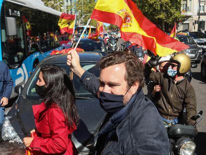 Rocío Monasterio e Iván Espinosa de los Monteros apoyan la protesta con vehículos por la capital en el Día de la Hispanidad.