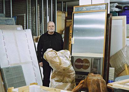 Moisés Pérez de Albéniz, galerista y coleccionista, posa para ICON en su almacén madrileño junto a tres o cuatro de sus cosas.