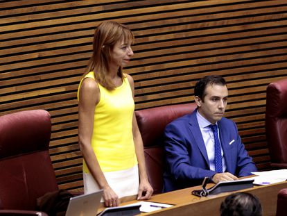 La diputada del grupo parlamentario Vox Rebeca Serna, toma posesión de su cargo durante un pleno de las Cortes Valencianas.