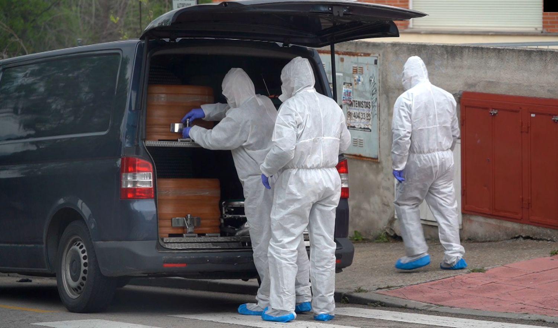 Varios operarios realizan traslado de cadáveres de la residencia geriátrica Los Peñascales, en Torrelodones (Madrid), el 14 de abril.