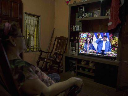 Un mujer observa y escucha el discurso del presidente Daniel Ortega el lunes, en Managua.
