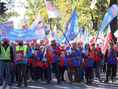 Manifestación de trabajadores de la educación, con banderas de la Unión Europea, este sábado en Varsovia.