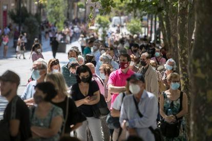 Decenas de ciudadanos esperaban este martes en Barcelona para poder cambiar pesetas a euros en la sucursal del Banco de España.