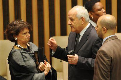 El embajador palestino en la ONU, Riyad Mansour, habla con la embajadora de EE UU, Rosemay Di Carlo.