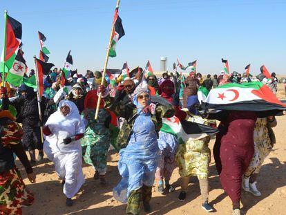 Manifestantes saharauis en el campo de refugiados de Rabuni, el más importante de la región argelina de Tinduf, apoyan a la activista Sultana Khaya y piden a la ONU un mecanismo de vigilancia que frene el incremento de la represión policial marroquí en las zonas ocupadas de la antigua colonia española del Sahara Occidental en febrero de 2020.