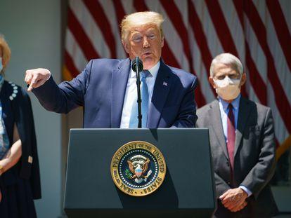 Donald Trump, este viernes, flanqueado por la doctora Deborah Birx y el doctor Anthony Fauci.