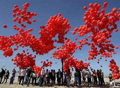 Miles de globos volaron el viernes sobre Copacabana, como símbolo de las personas que morirán violentamente en los próximos seis meses