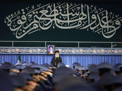 Ali Jamenei se dirige a los miembros de la Fuerza Aérea iraní.