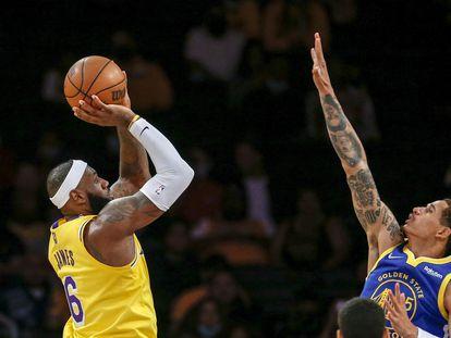 LeBron James tira frente a Toscano-Anderson, de los Warriors de Golden State, en un juego de la pretemporada.