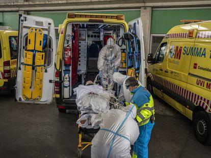 Varios sanitarios trasladan a un paciente en Madrid, el 23 de octubre.