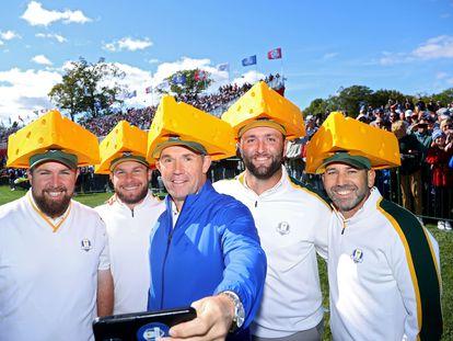 Lowry, Hatton, Harrington, Rahm y Sergio García, con gorras en forma de queso.