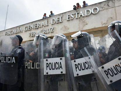 Policías a las afueras de la Fiscalía del Estado mexicano de Veracruz.