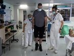 13/07/21 Albert (33 anos) hace ejerciocis de rehabilitacion con la ayuda de Hugo y Angels en el gimnasio de la planta de medicina fisica y rehabilitacion. Este paciente esta en la recta final de su ingreso en el hospital de la Vall dHebron tras ingresar infectado de covid-19 (coronavirus) en la tercera ola de la pandemia y habiendo pasado 100 dias por la UCI. Barcelona, 13 de julio de 2021 [ALBERT GARCIA]