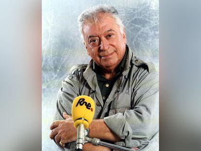 El periodista Tico Medina, en el programa 'La hora de América' de RNE, en 1999.