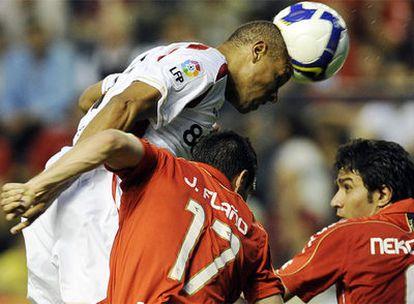 Luis Fabiano cabecea ante los jugadores de Osasuna