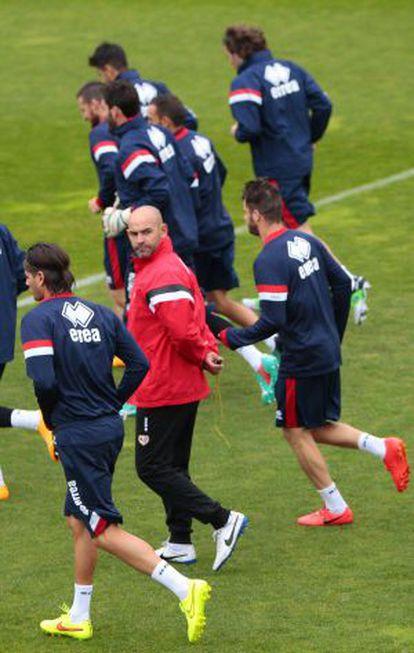 Paco Jémez, ayer, en el entrenamiento del Rayo.