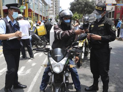 Un migrante venezolano muestra sus documentos durante un control de seguridad en el distrito de Miraflores en Lima, Perú, el pasado 24 de enero.