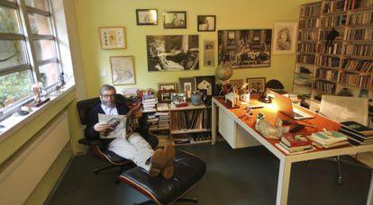 El escritor Antonio Muñoz Molina en el estudio de su casa, en Madrid. En las manos tiene un ejemplar del número de la revista 'Life' dedicado al asesino de Martin Luther King en mayo de 1968.