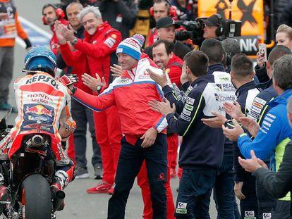 Jorge Lorenzo, recibe los aplausos en Cheste en su última carrera.