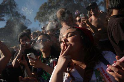 Jóvenes fuman marihuana en San Francisco.