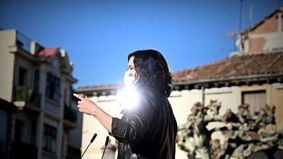 La presidenta de la Comunidad de Madrid, Isabel Díaz Ayuso, en una visita este martes a Alcalá de Henares.