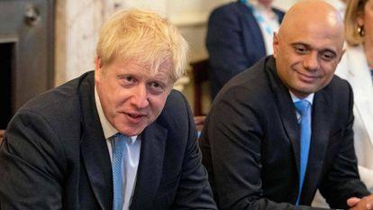 Boris Johnson, a la izquierda, junto a Sajid Javid, ministro de Economía del Reino Unido hasta el pasado jueves, durante una reunión en julio de 2019, en Londres.