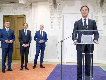 Desde la derecha, el primer ministro holandés, Mark Rutte, Gert-Jan Segers de ChristenUnie, Alexander Pechtold de D66 y Sybrand Buma de CDA, en la presentación de la nueva coalición este martes en La Haya.