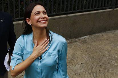 La líder de la oposición venezolana, María Corina Machado, saluda a sus simpatizantes en Caracas.