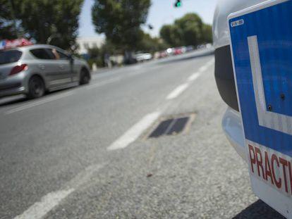 Detalle de una placa que identifica a conductores en prácticas.