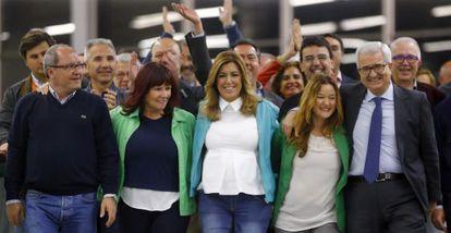 Susana Díaz celebra con su equipo la victoria electoral.