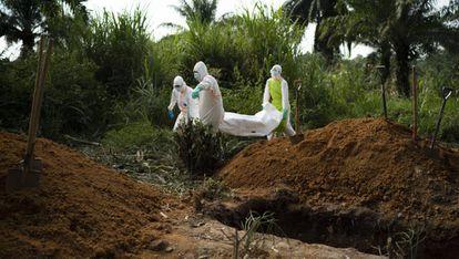 Entierro de un niño que ha muerto por ébola en el último brote en Congo.