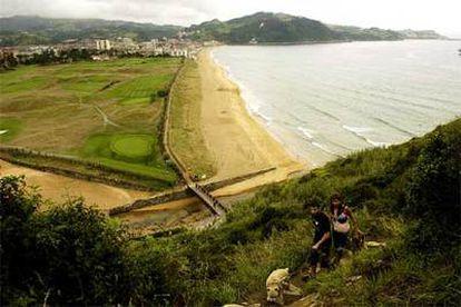 La playa y las dunas de Iñurritza vistas desde el sendero que asciende hacia  los acantilados de Talaiamendi.