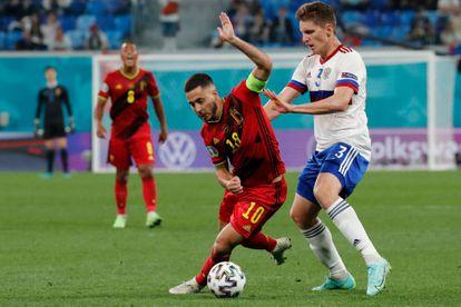 El delantero belga Eden Hazard pugna por la pelota con el ruso Igor Diveev, el pasado 12 de junio en partido del Grupo B de la Eurocopa.