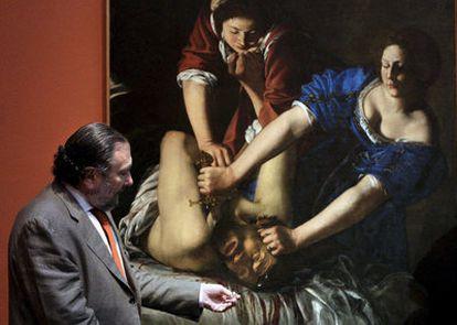 El director del Museo de Bellas Artes de Bilbao, Javier Viar, muestra la obra 'Guiudita e Oloferne', considerada una obra maestra del Barroco.