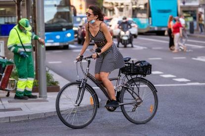 Una mujer pedalea con su bicicleta por el centro de Madrid, el pasado jueves.