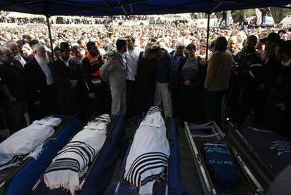 Una multitud rodea los cuerpos de Ehud Fogel, su esposa Ruti y sus hijos Yoav, Elad y Hadas, en Jerusalén. Los cinco murieron apuñalados en un asentamiento israelí en Itamar.