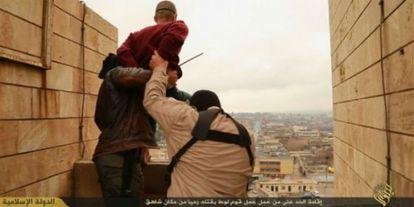 Captura de un vídeo del EI en el que dos yihadistas arrojan al vacío a un supuesto homosexual en Nínive.