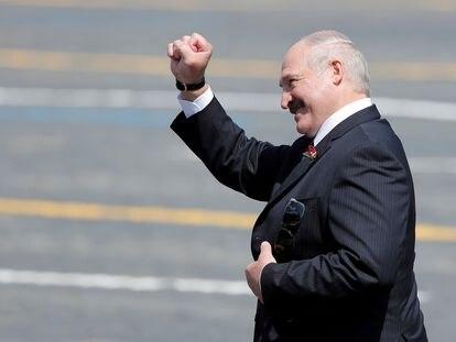 El presidente de Bielorrusia, Alexandr Lukashenko, saluda con el puño cerrado al salir de la plaza Roja en Moscú, el pasado 24 de junio.