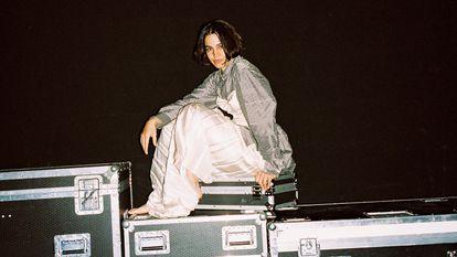 Maria Arnal en pleno éxtasis inducido por la música electrónica. O en trance místico, que viene a ser lo mismo.