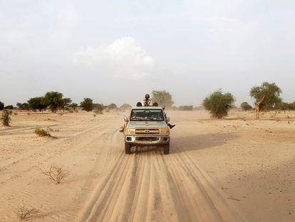Patrulla de soldados nigerinos en la frontera entre Níger y Nigeria, cerca de Diffa.