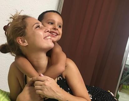 Laiz Moreno Farkas juega junto a su hijo Enzo, de cinco años.