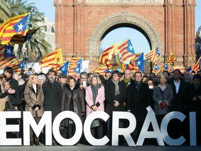 Numerosos políticos junto a manifestantes en Cataluña.