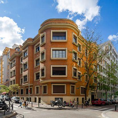 Bloque de viviendas de la esquina que forman las calles Espronceda y Fernández de la Hoz.